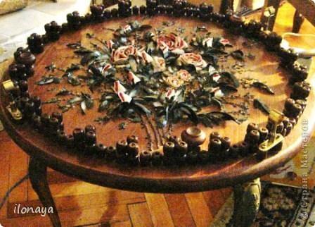 """Журнальный столик,сверху там стекло,для фото сняла стекло.Этот столик сделан из простой сосновой столешницы,обработан морилкой несколько раз,потом приделала ножки металлические изогнутые ,оставшиеся от старого выброшенного столика.Дальше прямо по столу клеила букет роз из ракушек,т.е.из фрагментов ракушек.чуть подкрашены розы и листики,они черные с серебром,а розы бело -розоватые.Потом лак бесцветный из баллончика.По периметру столика сделала """"заборчик"""" из деревянных бочонков,есть такие в массажных ковриках для автомобилистов.Их тоже красила темным лаком,придумала крепление для стекла,стекло круглое заказала по размеру. фото 1"""