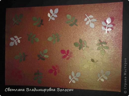 Вот такие открытки можно сделать к женским праздникам. На этой открытке горшочек для деревца покрашен аэрозольной краской.  Фон из обыкновенной салфетки.. Украшена дырокольностями и самоклеющей бумагой. Розочки-квиллинг Открытка из целого листа картона фото 7