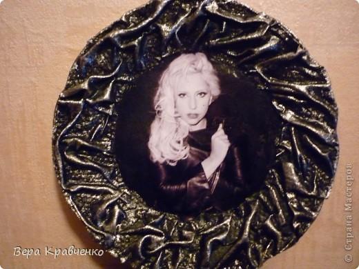 Доброго времени суток, дорогие гости! Недавно была у меня работа с популярной среди молодежи певицей Эмми Ли (может кто-то помнит такую тарелочку у меня), которая была подарена подруге сына. А теперь подарок и ему сотворился - Леди Гага.  фото 1