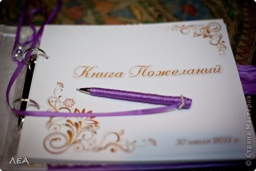 """Всё началось с продумывания подарка близкой подруге на свадьбу. На тот момент финансы """"пели романсы"""", а подарок хотелось сделать какой то особенный и красивый. Бродя по интернету, просмотрев кучу различных сайтов, наткнулась на Страну мастеров. И загорелось :) Естественно книга делалась за 2 ночи до свадьбы, т.ч на свадьбе я чуть ли не спала.  Это была первая работа, которую я делала.  В коробочке фото 4"""