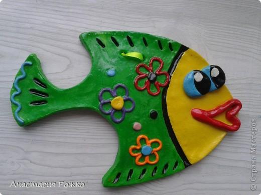 Подруга попросила слепить ей двух рыбок, т.к. она рыба по гороскопу и в доме должны быть две рыбки. Такая вот рыбка у меня вылепилась! А вторую вы можете посмотреть на  фото ниже. фото 4