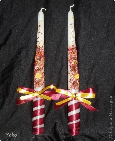 Вот такой заказ был на свадьбу. Желание заказчика по цветовой гамме: бардовый-золотой-белый. Свечи покупные, отделка ручная: розы лепила из пластики, бисер, бусины, ленты, контуры фото 8