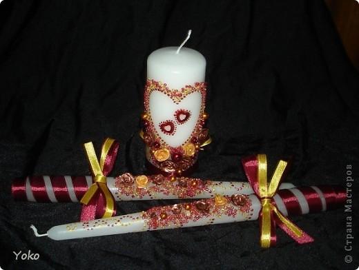 Вот такой заказ был на свадьбу. Желание заказчика по цветовой гамме: бардовый-золотой-белый. Свечи покупные, отделка ручная: розы лепила из пластики, бисер, бусины, ленты, контуры фото 1