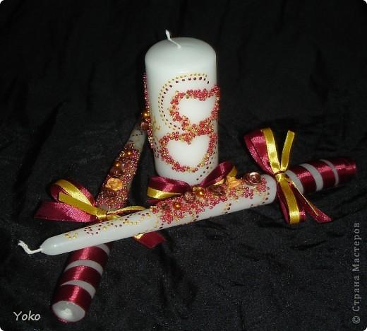 Вот такой заказ был на свадьбу. Желание заказчика по цветовой гамме: бардовый-золотой-белый. Свечи покупные, отделка ручная: розы лепила из пластики, бисер, бусины, ленты, контуры фото 2
