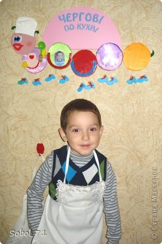 Продолжая тему: Мои поделки и украшения для сада моего сына.  Гусенички с прозрачными кармашками - эта номер 1 - для дежурных по кухне, в колпаке и с поварежкой.  фото 1