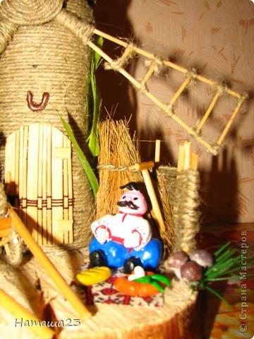 Мельница, рядом обедающий казак-мельник фото 2