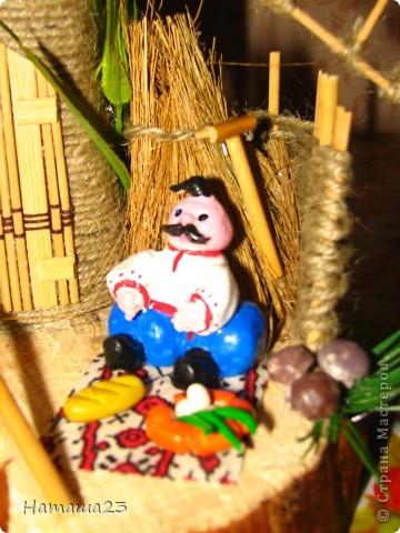 Мельница, рядом обедающий казак-мельник фото 5