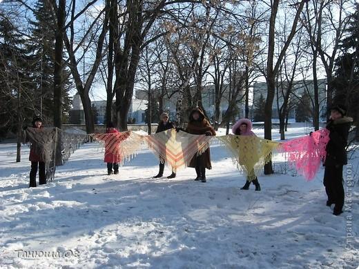 Русские шали в зимнее время просто необходимы.Вот и мы решили устроить показ шалей.