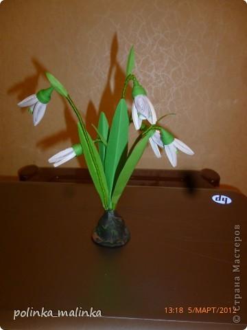 подставка сделана из пластики, а стебли из проволоки обмотанной пряжей.  фото 1