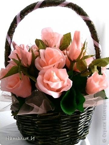 Розы в корзине из газетных трубочек. Высота - 55 см, диаметр букета - 45 см. фото 1