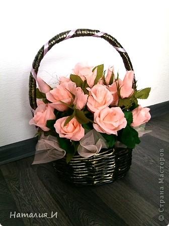 Розы в корзине из газетных трубочек. Высота - 55 см, диаметр букета - 45 см. фото 2