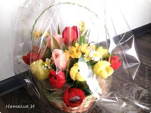 Розы в корзине из газетных трубочек. Высота - 55 см, диаметр букета - 45 см. фото 4