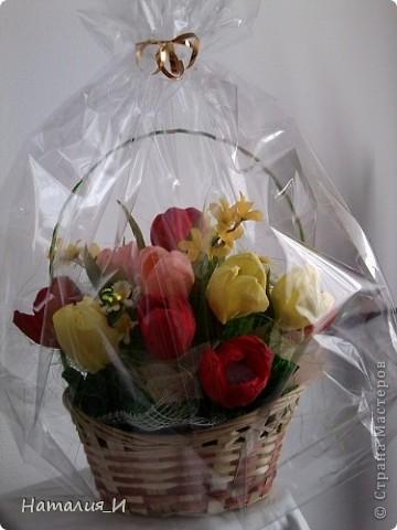 Розы в корзине из газетных трубочек. Высота - 55 см, диаметр букета - 45 см. фото 3