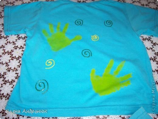 детская футболка с отпечатками ладошек сына. Вова решил сам позаботится о своем гардеробе.