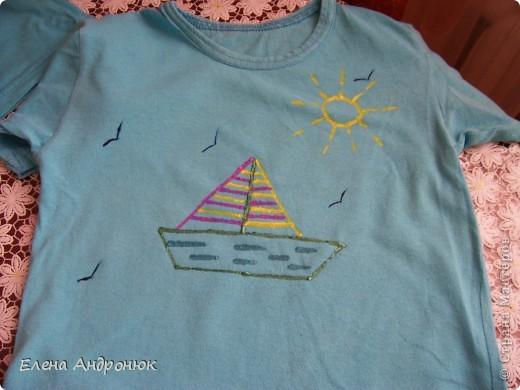 детская футболка с отпечатками ладошек сына. Вова решил сам позаботится о своем гардеробе. фото 2