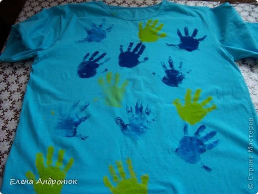 детская футболка с отпечатками ладошек сына. Вова решил сам позаботится о своем гардеробе. фото 3