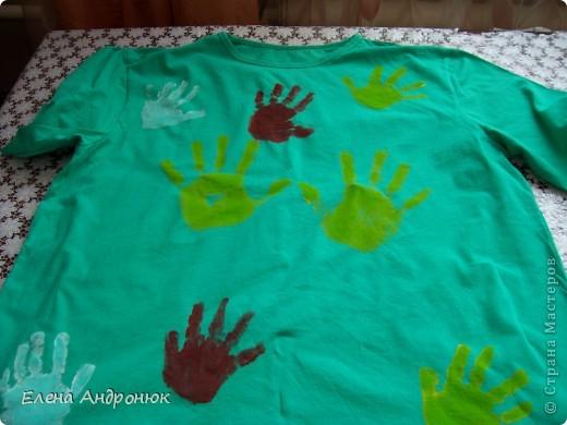 детская футболка с отпечатками ладошек сына. Вова решил сам позаботится о своем гардеробе. фото 4