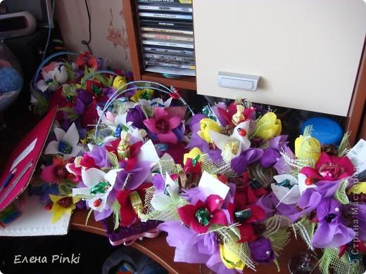 Добрый день дорогие жители страны!!!Вот еще букетики к 8 марта...все в одинаковых цветах, т.к. цветочки приготавливались на очень скорую руку и времени на разнообразие совсем не было!Все было сделано оптом=)) фото 1