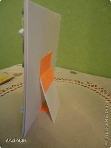Здравствуйте. Такие рамки получаются из паспарту.   Паспарту подходит по нескольким причинам: недорого (мал. 30, средн. 60), материал (картон) , малый вес, широкие края (есть где развернуться), и ... а почему бы нет?  Материал: Бумага для квиллинга и бумага для принтера цветная, картон, ПВА, липучки.   Рамка 1 фото 12
