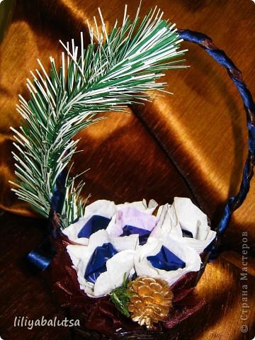 корзинка из бумаги  и цветы из конфет фото 1