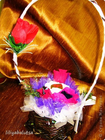 корзинка из бумаги  и цветы из конфет фото 2
