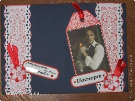 Хозяйка этой обложечки - музейный работник, обожает свою работу и искусство. Использовала: бумагу акварельную, распечатки принтерные, ленту атласную, бумагу для принтера тонированную, штемпельные подушечки, фигурный дырокол, штампы, бумагу гофрированную, стразы Сваровски неклеевые фото 8