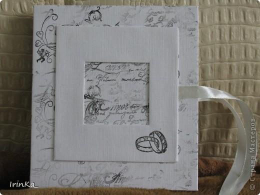 На днях сделала вот такую черно-белую коробочку для дисков. В среднее окошечко на обложке можно вставить фото... Мне так нравится их создавать...))   фото 2