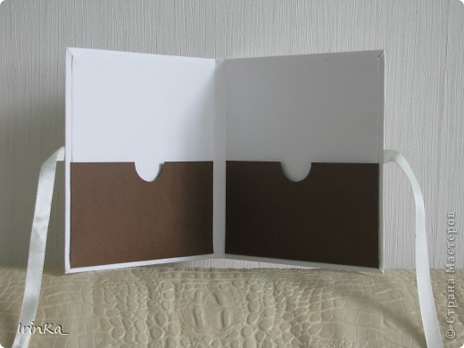 На днях сделала вот такую черно-белую коробочку для дисков. В среднее окошечко на обложке можно вставить фото... Мне так нравится их создавать...))   фото 3