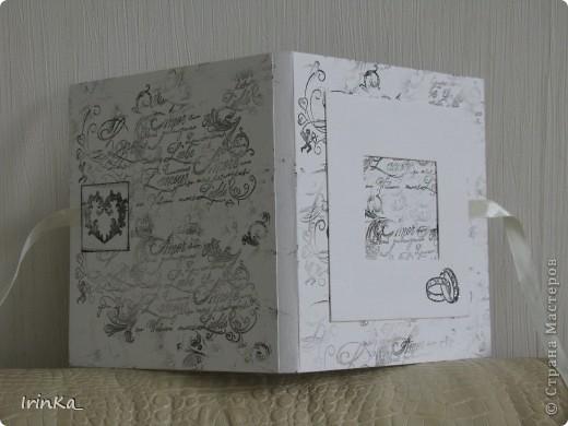 На днях сделала вот такую черно-белую коробочку для дисков. В среднее окошечко на обложке можно вставить фото... Мне так нравится их создавать...))   фото 4