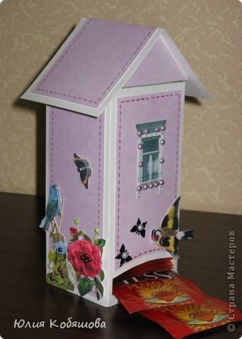 Этот домик сделала для преподавательницы моей Дашеньки. Получился он вот такой в розовых тонах с яркими пятнами в виде 3D цветочков, птичек и бабочек. Это один бочёк... фото 2