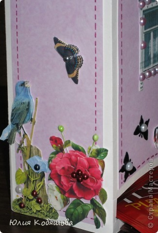 Этот домик сделала для преподавательницы моей Дашеньки. Получился он вот такой в розовых тонах с яркими пятнами в виде 3D цветочков, птичек и бабочек. Это один бочёк... фото 4