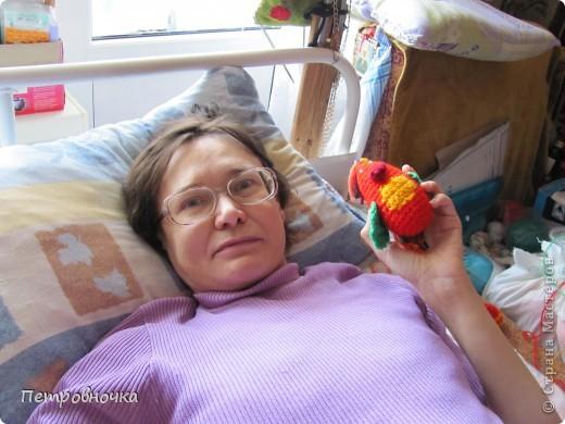 Светлане 42 года, из них она 17 лет прикована к постели. Нет слуха, зрение точечное в очках. Но она очень хочет быть нужной и дарить радость. она прекрасно вяжет. может и крючком, но предпочитает спицы. Этого медвежонка она подарила мне на день рождения.   фото 17
