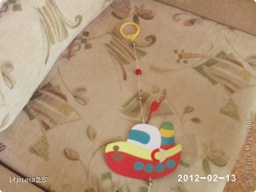 Вот такая висюлька висела над кроваткой сына (пока он был маленький), а теперь приделана к люстре.Делала её из картона, цветной бумаги, бусин, толстой нитки,блёсток.Проклеивала детали клеем ПВА,сверху обклеивала скотчем для прочности фото 2
