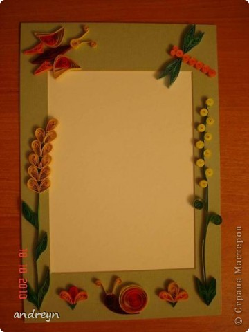 Здравствуйте. Такие рамки получаются из паспарту.   Паспарту подходит по нескольким причинам: недорого (мал. 30, средн. 60), материал (картон) , малый вес, широкие края (есть где развернуться), и ... а почему бы нет?  Материал: Бумага для квиллинга и бумага для принтера цветная, картон, ПВА, липучки.   Рамка 1 фото 1
