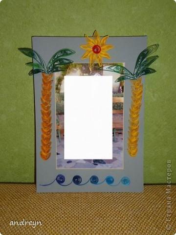 Здравствуйте. Такие рамки получаются из паспарту.   Паспарту подходит по нескольким причинам: недорого (мал. 30, средн. 60), материал (картон) , малый вес, широкие края (есть где развернуться), и ... а почему бы нет?  Материал: Бумага для квиллинга и бумага для принтера цветная, картон, ПВА, липучки.   Рамка 1 фото 5