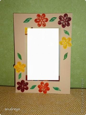 Здравствуйте. Такие рамки получаются из паспарту.   Паспарту подходит по нескольким причинам: недорого (мал. 30, средн. 60), материал (картон) , малый вес, широкие края (есть где развернуться), и ... а почему бы нет?  Материал: Бумага для квиллинга и бумага для принтера цветная, картон, ПВА, липучки.   Рамка 1 фото 6