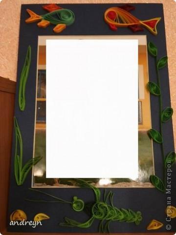Здравствуйте. Такие рамки получаются из паспарту.   Паспарту подходит по нескольким причинам: недорого (мал. 30, средн. 60), материал (картон) , малый вес, широкие края (есть где развернуться), и ... а почему бы нет?  Материал: Бумага для квиллинга и бумага для принтера цветная, картон, ПВА, липучки.   Рамка 1 фото 7
