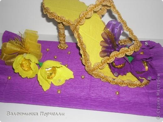 И снова здравствуйте!!)))Продолжение конфетно-букетной темы.Мои заказики.Подобный букет только с живыми цветами увидела на просторах нашей всемирной паутины.Только лилии были белые,а розы-красные.Решила-хочу!Сказано-сделано.Только вот лилии не очень то похожи))) фото 8