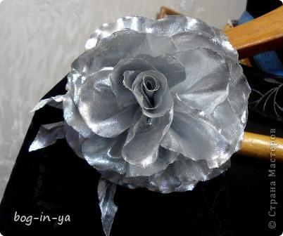 С помощью такого цветка можно повседневное платье превратить в вечернее за несколько мгновений.