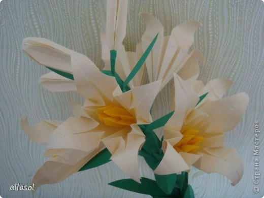 Всем добрый вечер! Цветы лилии - это цветок классического ириса https://stranamasterov.ru/node/13042 Концы лепестков я закрутила. Для цветка я брала квадраты со стороной 15 см  фото 8