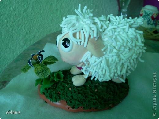 Овечка, объевшаяся белены из глины Deco, Подставка - глина Keraplast, трава из Deco, белена -холодный фарфор фото 2
