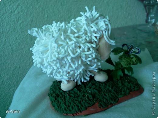 Овечка, объевшаяся белены из глины Deco, Подставка - глина Keraplast, трава из Deco, белена -холодный фарфор фото 4
