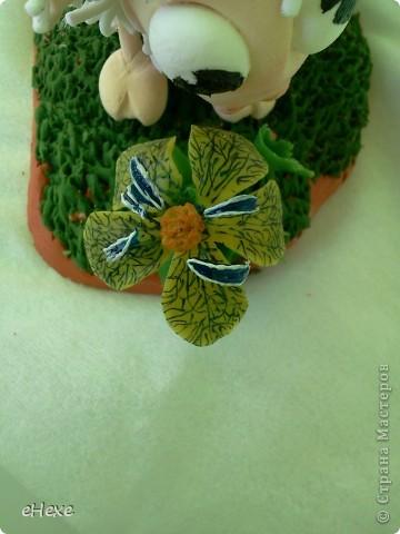 Овечка, объевшаяся белены из глины Deco, Подставка - глина Keraplast, трава из Deco, белена -холодный фарфор фото 7