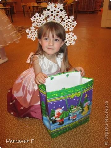 Новый Год давно прошел, а я решила выставить костюм Снежинки, потому как это - моя первая работа в Стране Мастеров. Спасибо Maggi, костюм которой я увидела на просторах Интернета и решила сделать подобный для своей доченьки. фото 1
