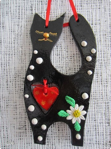 Вдохновленная гламурными кошечками Марины Александровой налепила себе таких же. Эту киску подарила на день Св. Валентина куме, у нее черная кошка есть. Ей как раз в тему. фото 1
