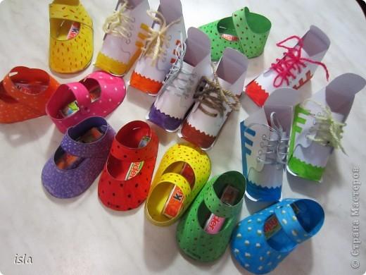 Нашла у Timofeevna https://stranamasterov.ru/node/177722 такую прикольную обувочку-упаковочку для конфет. Идея очень понравилась. Решила сделать такие сандалики-кроссовочки в садик дочке, поздравить детишек с праздниками 23 февраля и 8 марта. Во внутрь положили маленькие шоколадки Киндер. фото 1