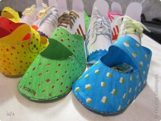 Нашла у Timofeevna https://stranamasterov.ru/node/177722 такую прикольную обувочку-упаковочку для конфет. Идея очень понравилась. Решила сделать такие сандалики-кроссовочки в садик дочке, поздравить детишек с праздниками 23 февраля и 8 марта. Во внутрь положили маленькие шоколадки Киндер. фото 2
