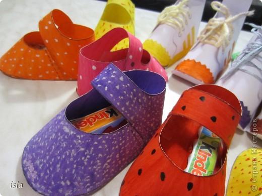 Нашла у Timofeevna https://stranamasterov.ru/node/177722 такую прикольную обувочку-упаковочку для конфет. Идея очень понравилась. Решила сделать такие сандалики-кроссовочки в садик дочке, поздравить детишек с праздниками 23 февраля и 8 марта. Во внутрь положили маленькие шоколадки Киндер. фото 3