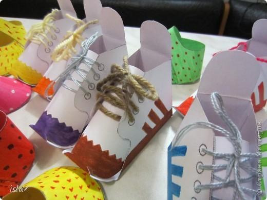 Нашла у Timofeevna https://stranamasterov.ru/node/177722 такую прикольную обувочку-упаковочку для конфет. Идея очень понравилась. Решила сделать такие сандалики-кроссовочки в садик дочке, поздравить детишек с праздниками 23 февраля и 8 марта. Во внутрь положили маленькие шоколадки Киндер. фото 4