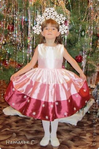 Новый Год давно прошел, а я решила выставить костюм Снежинки, потому как это - моя первая работа в Стране Мастеров. Спасибо Maggi, костюм которой я увидела на просторах Интернета и решила сделать подобный для своей доченьки. фото 2